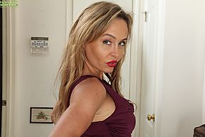 Busty mature Chelsey Townes is demonstrating her nice juicy ass № 722503 бесплатно